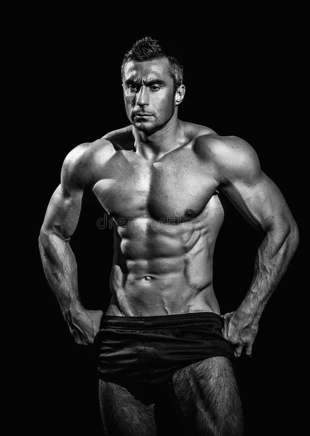 Hombre atlético hermoso muy muscular imagenes de archivo
