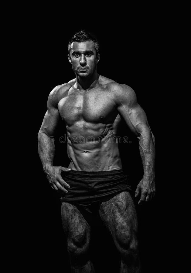 Hombre atlético hermoso muy muscular foto de archivo