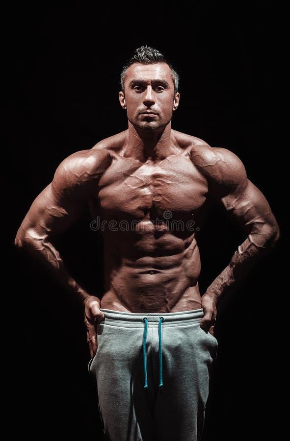 Hombre atlético hermoso muy muscular foto de archivo libre de regalías