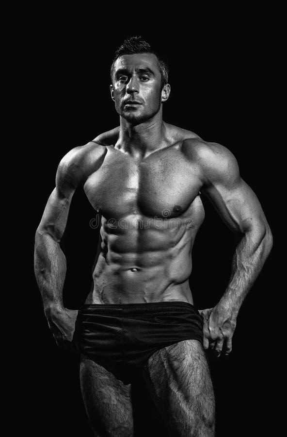 Hombre atlético hermoso muy muscular fotos de archivo libres de regalías