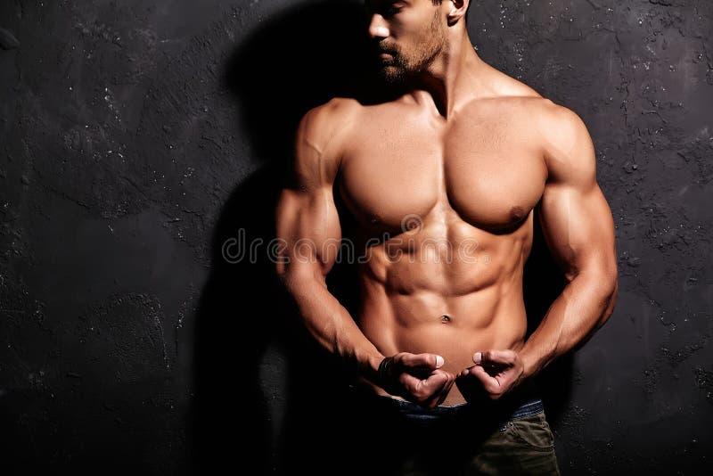 Hombre atlético hermoso sano fuerte fotografía de archivo