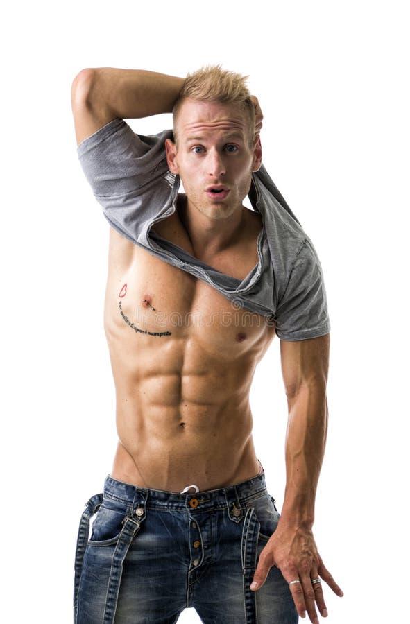 Hombre atlético joven hermoso que muestra el ABS atractivo foto de archivo libre de regalías