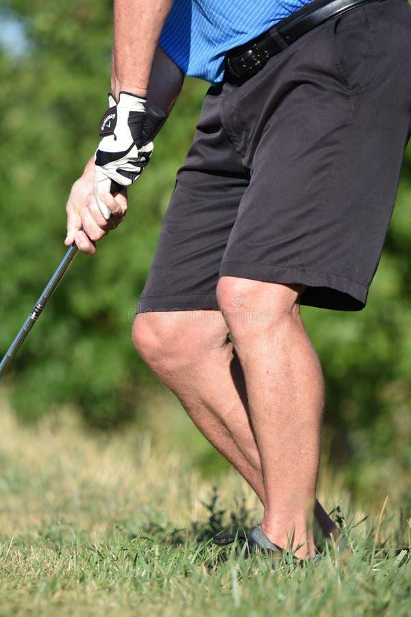 Hombre atlético mayor jubilado que ejercita con el balanceo de Golf Club fotografía de archivo libre de regalías