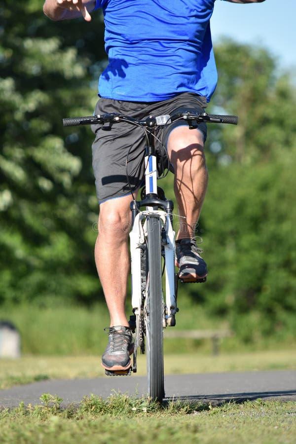 Hombre atlético que ejercita el ejercicio del casco que lleva fotografía de archivo libre de regalías