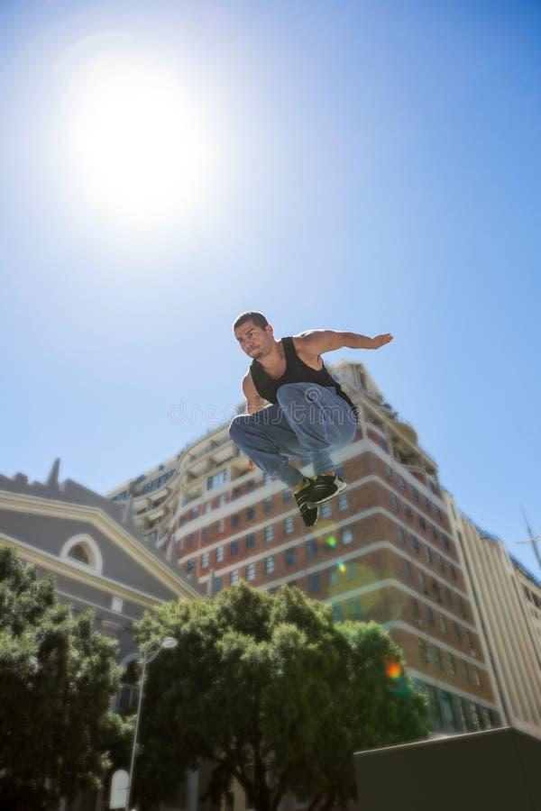 Hombre atlético que hace el parkour en la ciudad imágenes de archivo libres de regalías