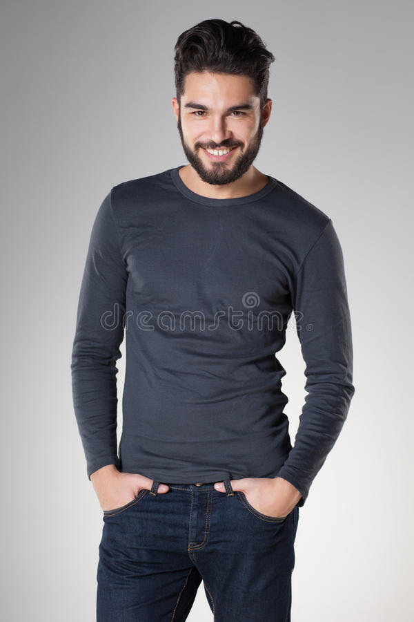 Hombre atractivo atractivo con casual vestido barba foto de archivo libre de regalías