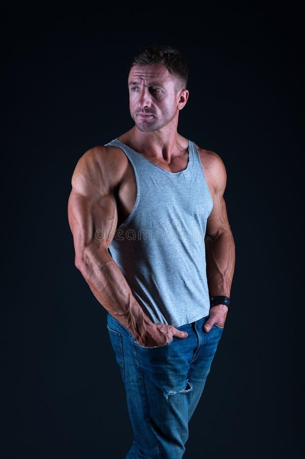 Hombre atractivo en hombre del cuerpo muscular del chaleco Estilo del dril de algod?n moda masculina del verano músculos, bíceps  imagenes de archivo