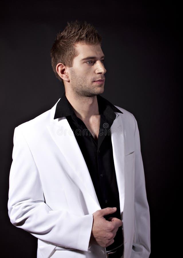 Hombre atractivo en el juego blanco foto de archivo