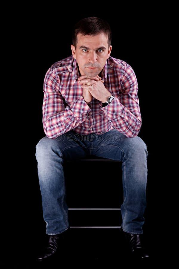 Hombre atractivo en silla foto de archivo libre de regalías