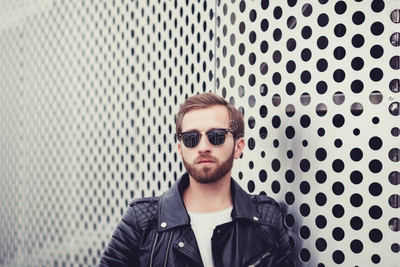 Hombre atractivo fresco en chaqueta de cuero negra foto de archivo libre de regalías