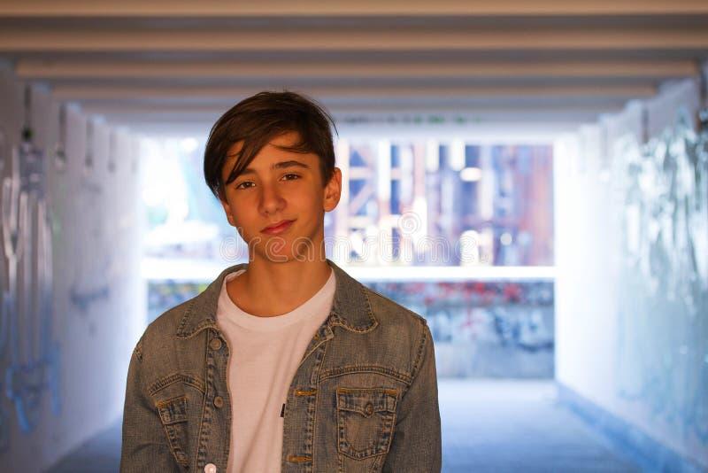Hombre atractivo joven en fondo urbano imagen de archivo