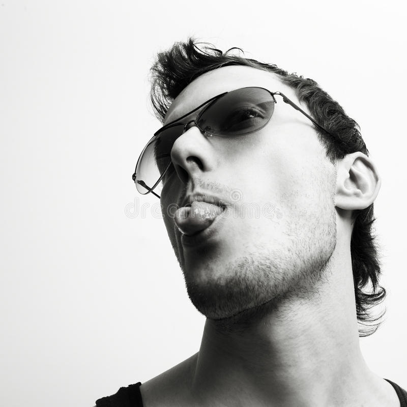 Hombre atractivo joven en vidrios fotografía de archivo libre de regalías