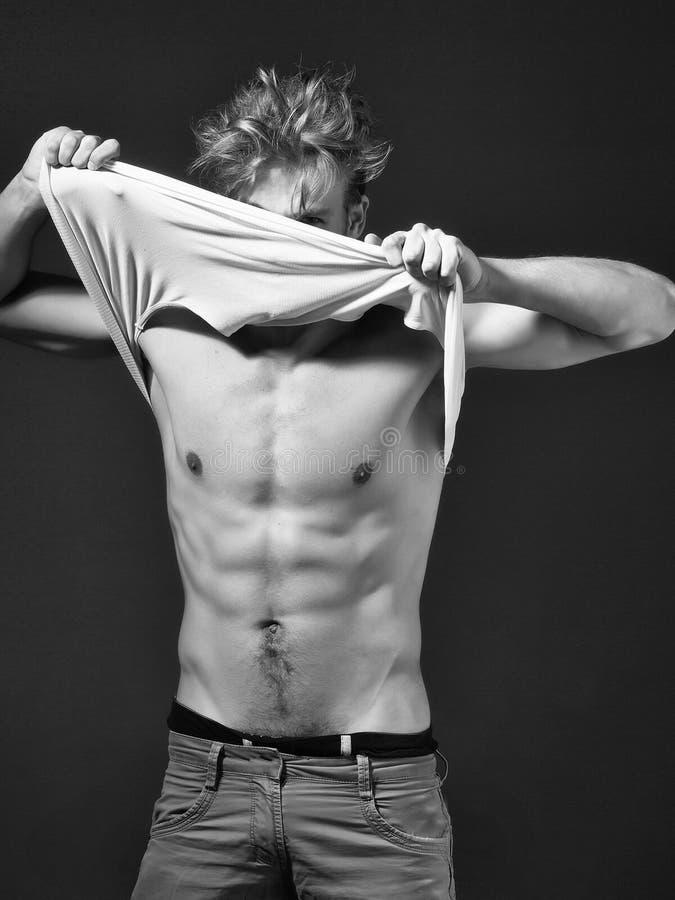 Hombre atractivo muscular hermoso fotografía de archivo