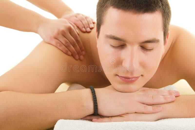 Hombre atractivo que tiene un masaje posterior imagenes de archivo