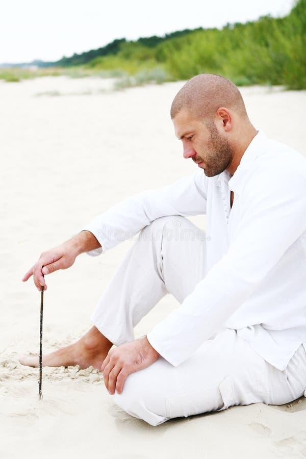 Hombre atractivo y feliz en la playa imagen de archivo libre de regalías
