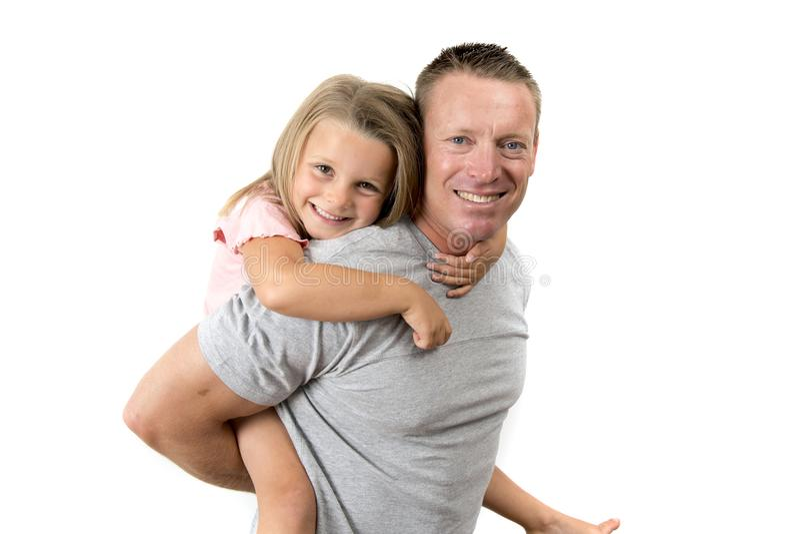Hombre atractivo y feliz joven que lleva sus 7 años hermosos dulces de la hija en el suyo detrás en padre y su pequeño gir adorab imagen de archivo libre de regalías