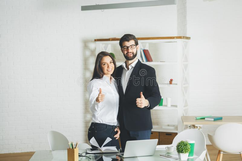 Hombre atractivo y mujer que muestran los pulgares para arriba foto de archivo libre de regalías