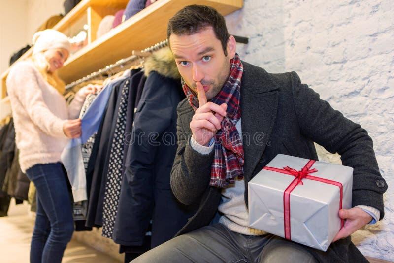 Hombre attrative joven que prepara sorpresa del regalo fotografía de archivo