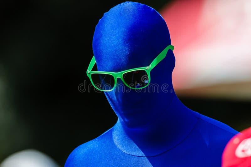 Vidrios verdes del hombre azul que hacen publicidad fotos de archivo