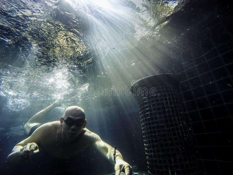 Hombre bajo el agua foto de archivo