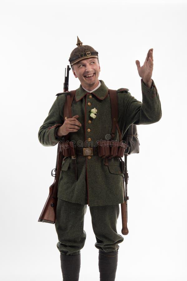 Hombre bajo la forma de soldado de infantería alemán a partir de los tiempos de la primera guerra mundial fotos de archivo libres de regalías
