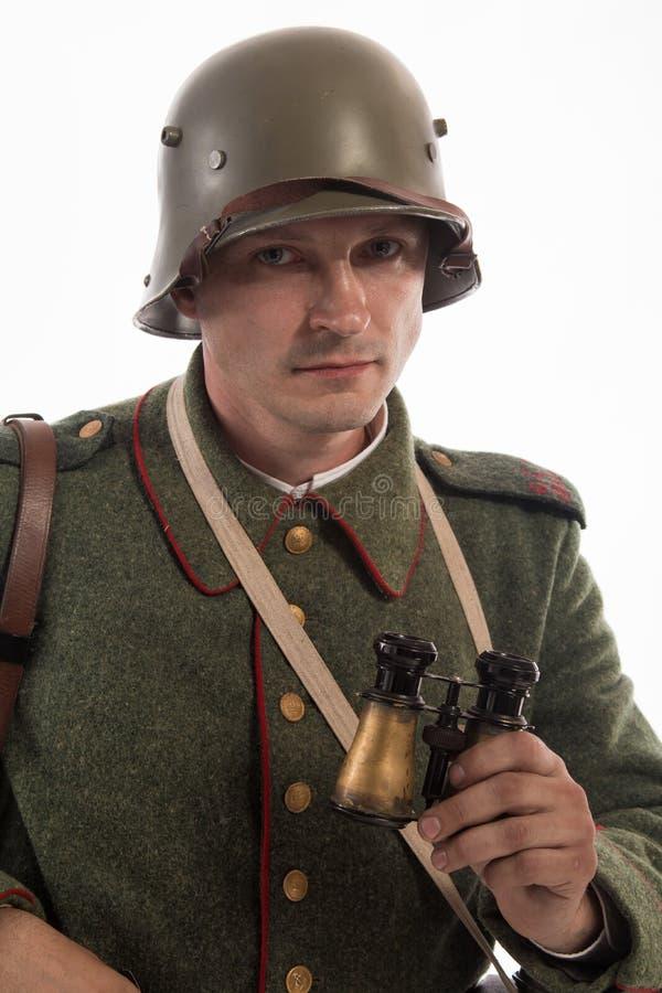 Hombre bajo la forma de soldado de infantería alemán a partir de los tiempos de la primera guerra mundial fotografía de archivo libre de regalías