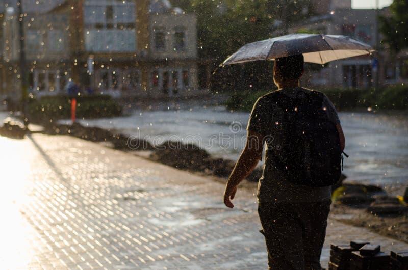 Hombre bajo la lluvia fotos de archivo