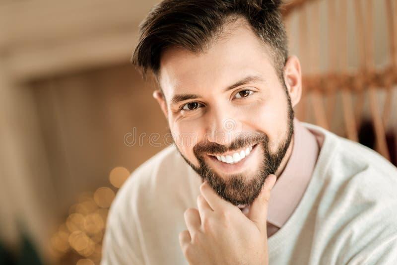 Hombre barbudo agradable que agujerea su barbilla fotos de archivo libres de regalías