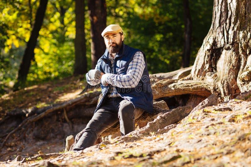 Hombre barbudo agradable que está en el bosque foto de archivo