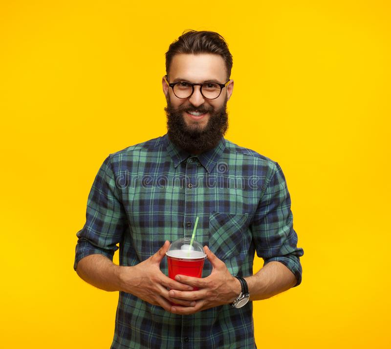Hombre barbudo alegre con la taza plástica imágenes de archivo libres de regalías