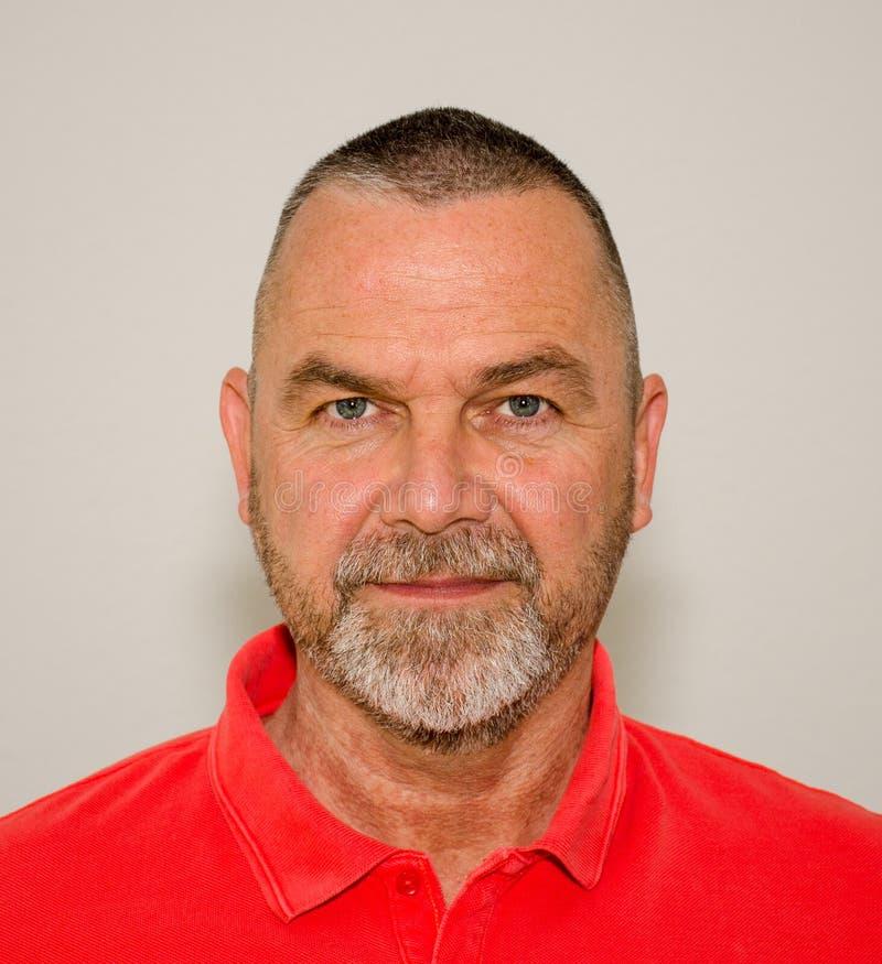 Hombre barbudo amistoso con una sonrisa reservada imagen de archivo libre de regalías