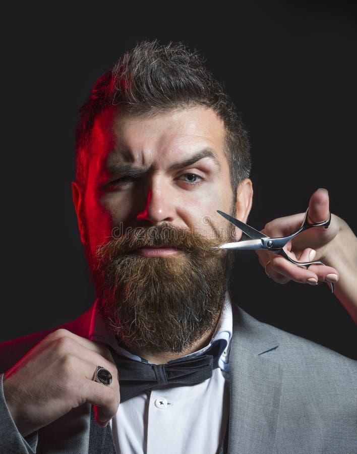 Hombre barbudo, barba enorme, hermosa Corte de pelo para hombre Tijeras del peluquero Barba larga Inconformista en barbería Corte imagen de archivo