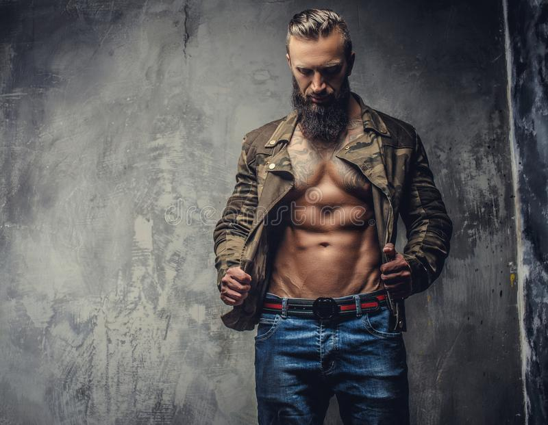Hombre barbudo brutal en ropa informal fotografía de archivo