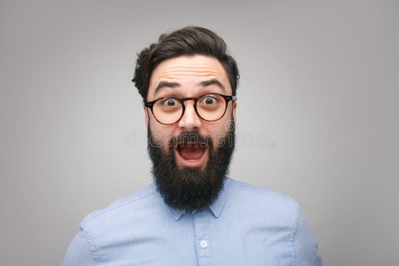 Hombre barbudo chocado en vidrios fotografía de archivo libre de regalías