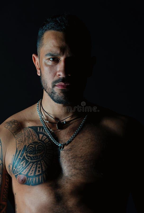 Hombre barbudo con el hombre tatuado del pecho con el torso muscular atractivo Modelo apto con dise?o del tatuaje en piel Deporti imagen de archivo