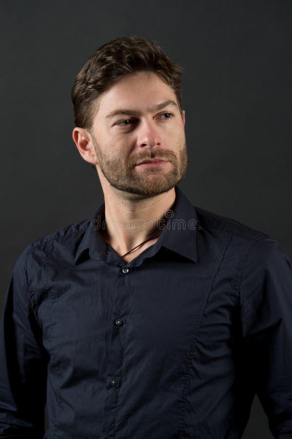 Hombre barbudo con la cara sin afeitar, barbería Soltero con el pelo elegante, corte de pelo Individuo en la camisa de moda, moda imágenes de archivo libres de regalías