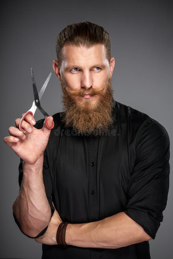 Hombre barbudo con la cinta de la medida fotografía de archivo