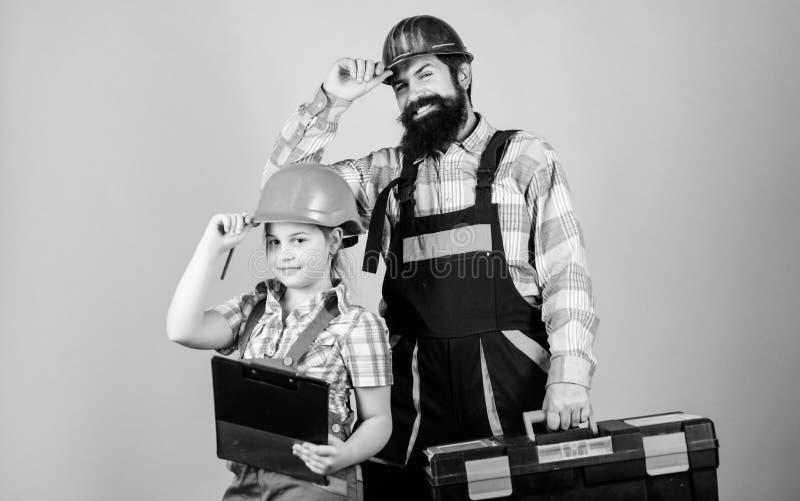 Hombre barbudo con la ni?a Reparador en uniforme Ingeniero Trabajador de construcci?n Constructor o carpintero reparaci?n imagen de archivo