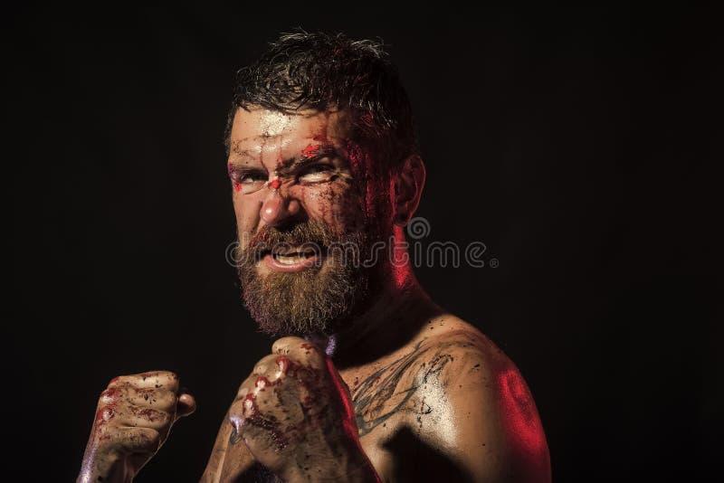 Hombre barbudo con la pintura de la sangre en cara enojada fotografía de archivo libre de regalías