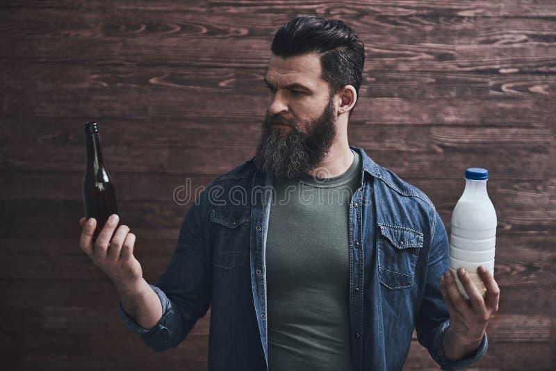 Hombre barbudo con las bebidas foto de archivo