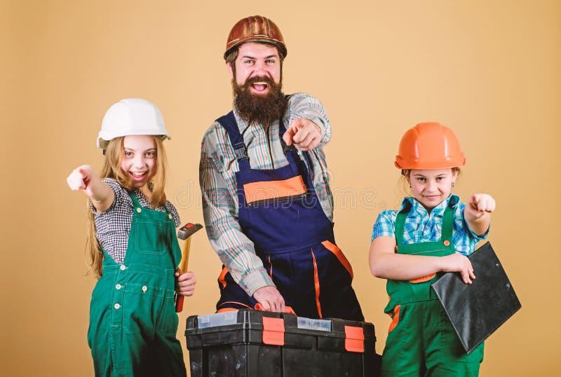 Hombre barbudo con las ni?as E Reparador en uniforme capataz Trabajador de construcci?n fotos de archivo libres de regalías