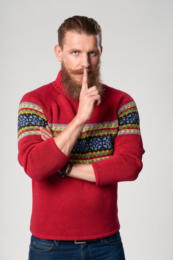Hombre barbudo confiado serio del inconformista imagen de archivo