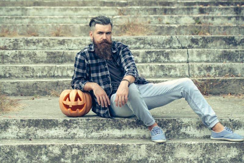 Hombre barbudo de Halloween con la calabaza imagen de archivo libre de regalías