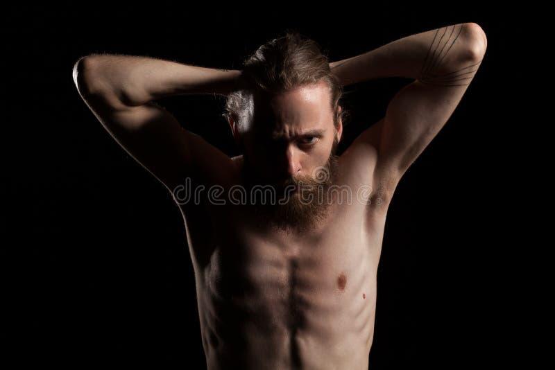 Hombre barbudo de mirada fresco en sombras profundas fotografía de archivo