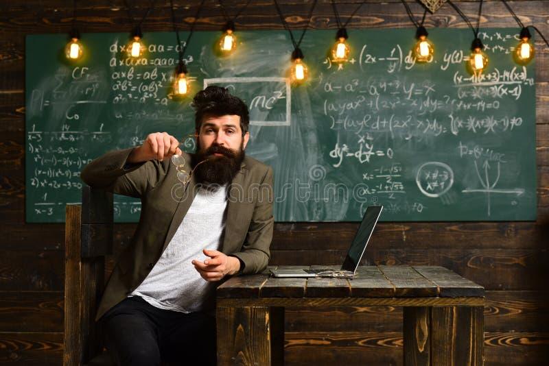 Hombre barbudo del diseñador que trabaja con nuevo proyecto Cuaderno genérico del diseño en la tabla de madera imagenes de archivo
