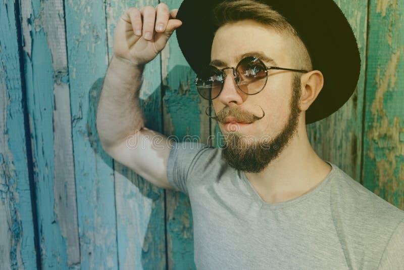 Hombre barbudo del inconformista en sombrero y gafas de sol fotografía de archivo