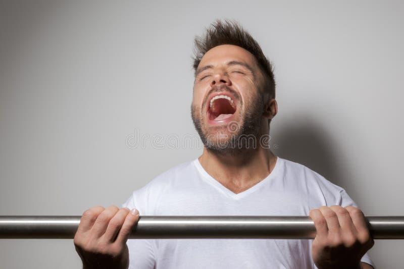 Hombre barbudo del levantamiento de pesas imagen de archivo libre de regalías