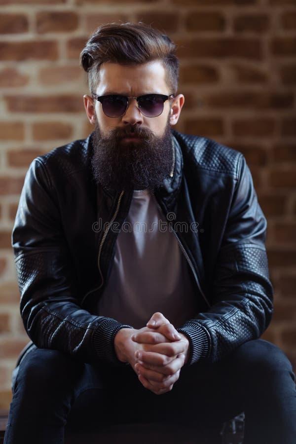 Hombre barbudo elegante foto de archivo