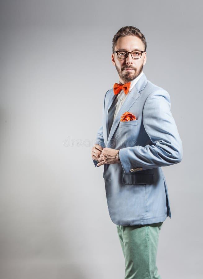 Hombre barbudo elegante hermoso de moda en chaqueta azul clara fotos de archivo libres de regalías