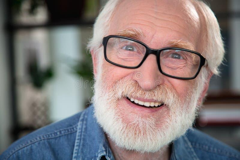 Hombre barbudo emocionado bueno que sonríe en la cámara fotografía de archivo